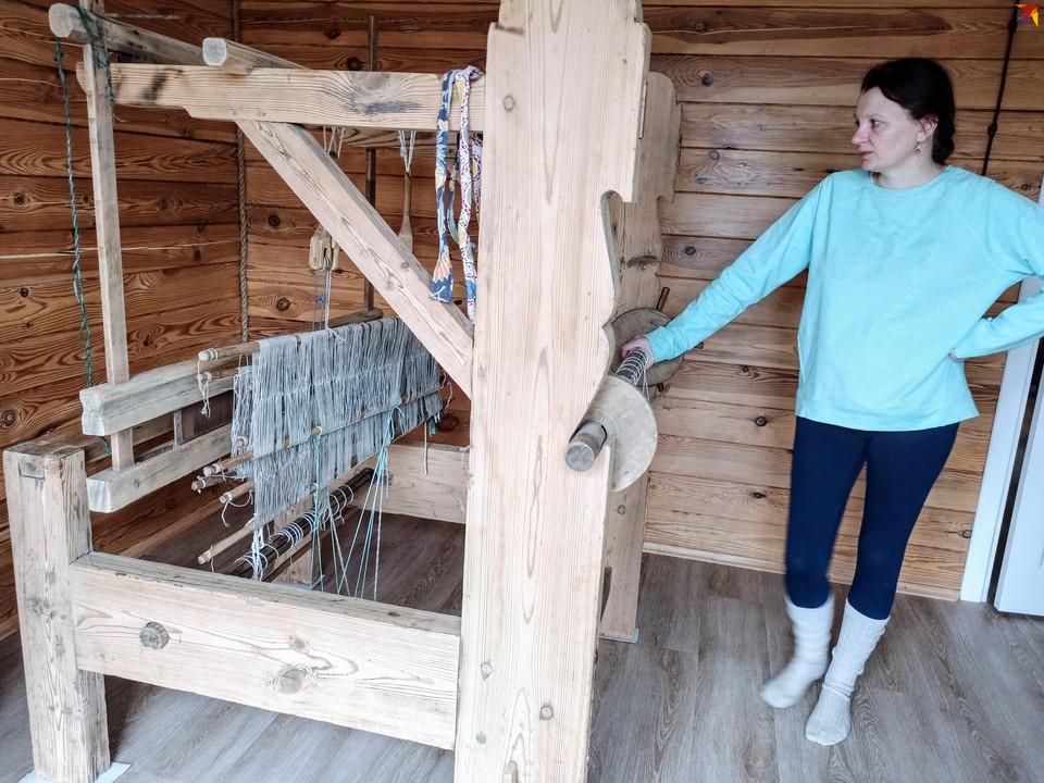 Инна Хомич переехала в деревню в Каменецком районе и учится ткать на кроснах прабабушки.