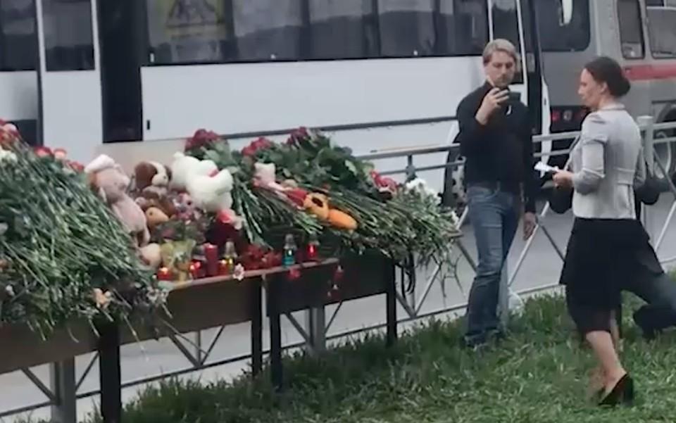 Омбудсмен Анна Кузнецова возложила цветы к мемориалу погибшим в школе Казани, где произошла стрельба.