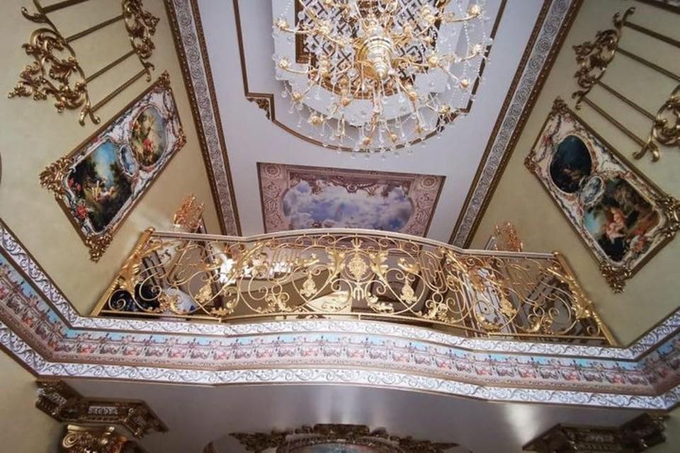 """В доме все было сделано с претензией на """"Версаль""""."""