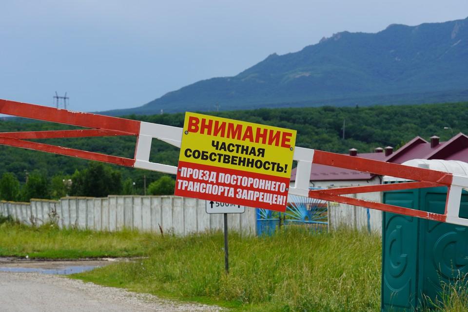 Подъезд к заводу, разливающего минеральную воду «Новотерская» перегородили шлагбаумом