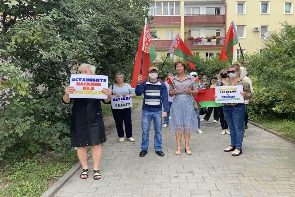 Белорусы вышли с плакатами к посольству Литвы в Минске. Фото: telegram-канал БЕЛТА.