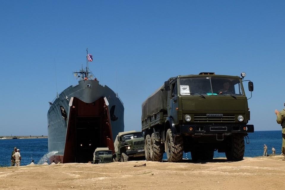 Было задействовано свыше 300 единиц техники. Фото: stat.mil.ru