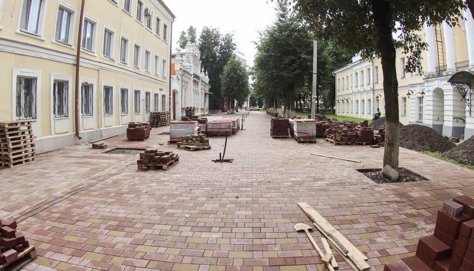 Укладку плитки на улице Маяковского в Смоленске завершили на 65%. Фото: пресс-служба администрации города Смоленска.