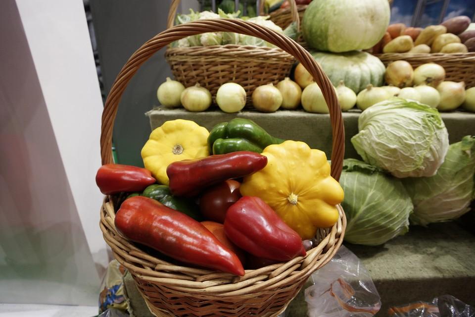 На ярмарке можно приобрести овощи, мясо, молоко и многое другое.