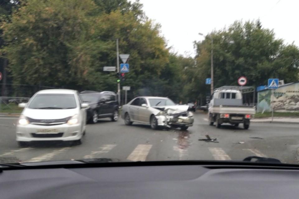 Передняя часть машины серьезно пострадала. Фото: «АСТ-54»