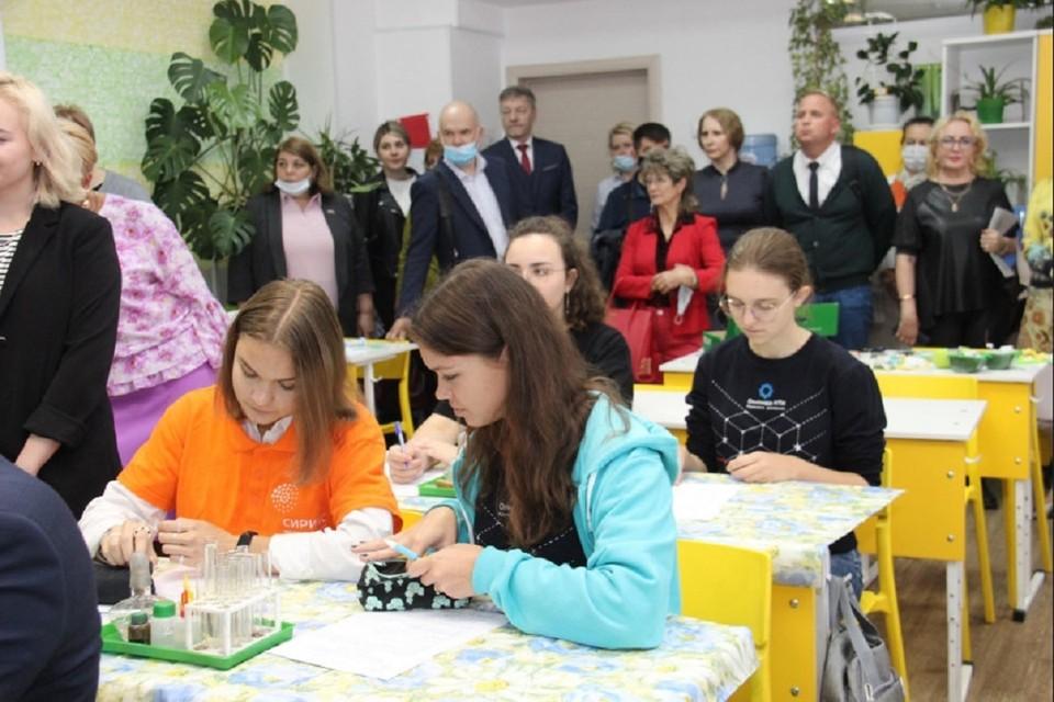 Школьники на манекенах будут учиться делать уколы и брать кровь из вены. Фото: правительство НСО.