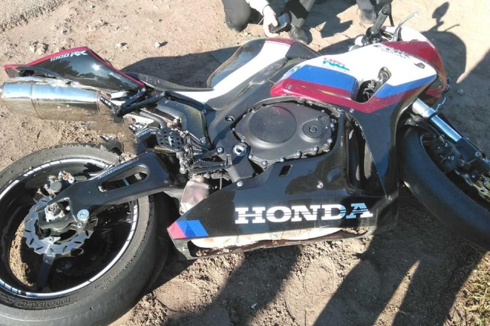 Водитель мотоцикла упал на дорогу перед легковушкой. Фото: vk.com/gibdd43