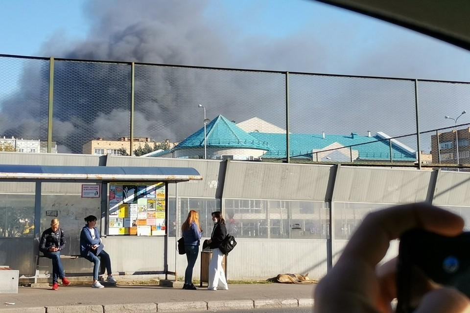 В Красноярске загорелась крыша бокса авторазборки на улице Дорожной