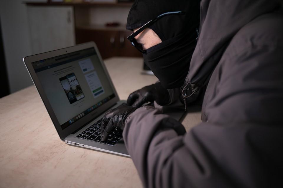 Женщина получила сообщение со страницы-клона. Фото: Амир Закиров