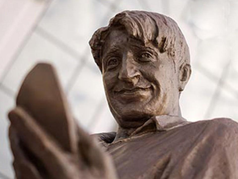 В Екатеринбурге появился бронзовый Букин