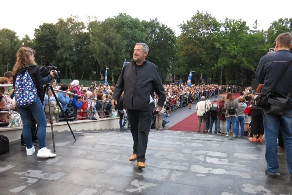 Когда режиссер Павел Лунгин проходил по красной дорожке, зрители кричали: - Гений!